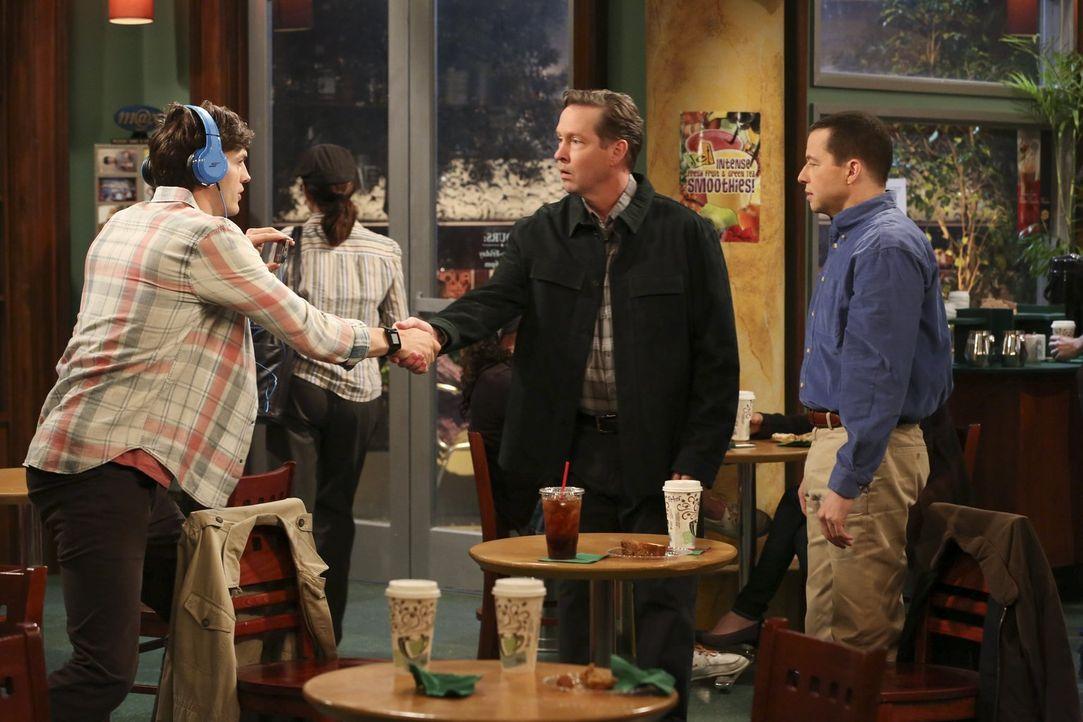 Vor der Hochzeit von Alan (Jon Cryer, r.) mit Gretchen gibt es noch einiges zu besprechen zwischen dem Bräutigam, seinem zukünftigen Schwager Larry... - Bildquelle: Warner Brothers Entertainment Inc.