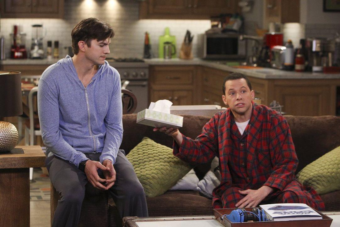 Walden (Ashton Kutcher, l.) bemerkt mitten in der Nacht, dass Alan (Jon Cryer, r.) heulend auf dem Sofa sitzt. Was ist nur der Grund dafür? - Bildquelle: Warner Brothers Entertainment Inc.