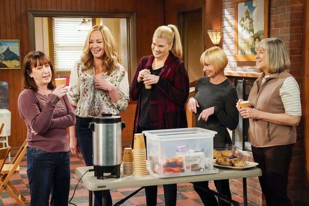 (v.l.n.r.) Wendy (Beth Hall); Bonnie (Allison Janney); Tammy (Kristen Johnston); Jill (Jaime Pressly); Marjorie (Mimi Kennedy) - Bildquelle: Warner Bros. Entertainment, Inc.