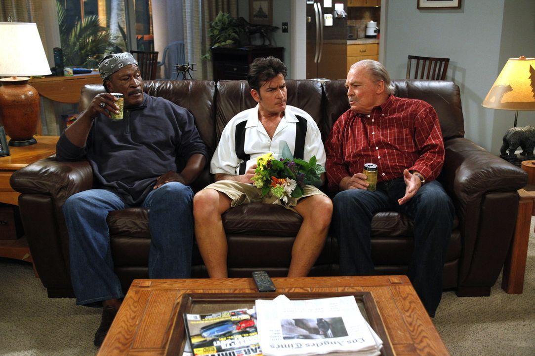 Charlie (Charlie Sheen, M.) weiß nicht mehr weiter und sucht sich Rat bei Chelseas Vater Tom (Stacy Keach, r.) und dessen Lebensgefährten Ed (John... - Bildquelle: Warner Brothers