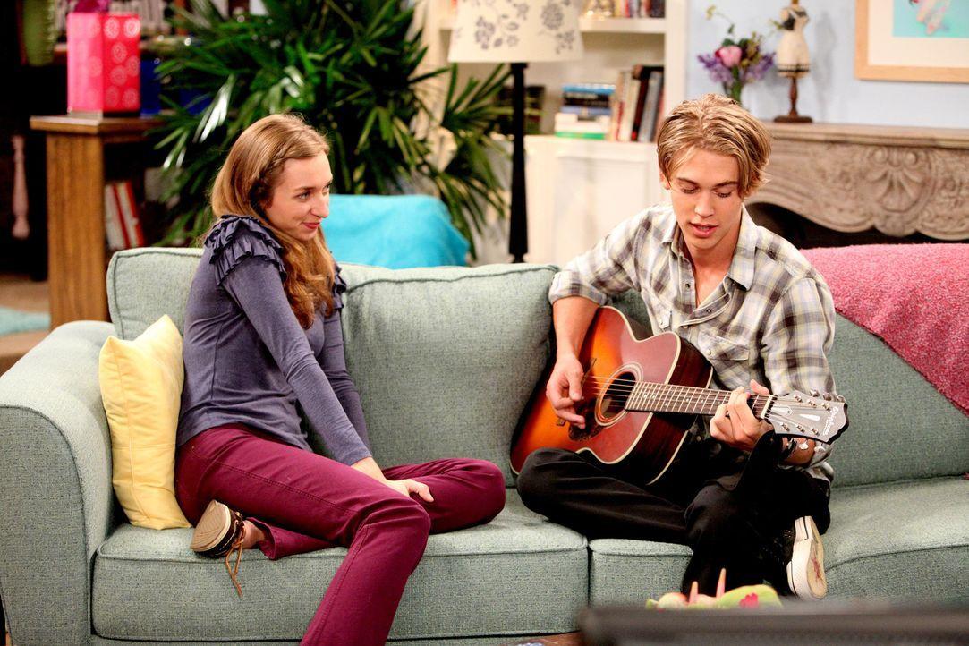 Chelsea geht mit Luke (Austin Butler, r.) aus, doch er ist ihr zu verklemmt. Daher glaubt sie in ihm den perfekten Partner für ihre neue Mitbewohne... - Bildquelle: Warner Brothers