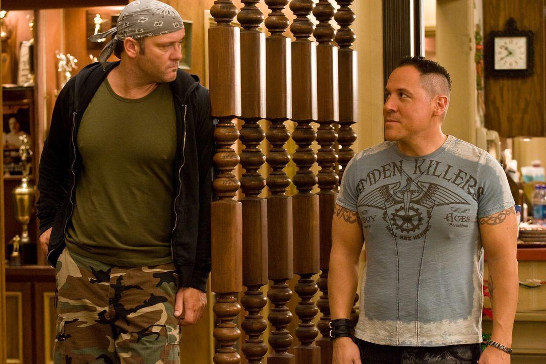 Dallas (Tim McGraw, l.) und Denver (Jon Favreau, r.) sind ausgebildete Fighter und nutzen jede Gelegenheit, um ihren Bruder Brad in die Knie zu zwin... - Bildquelle: Warner Bros. Television