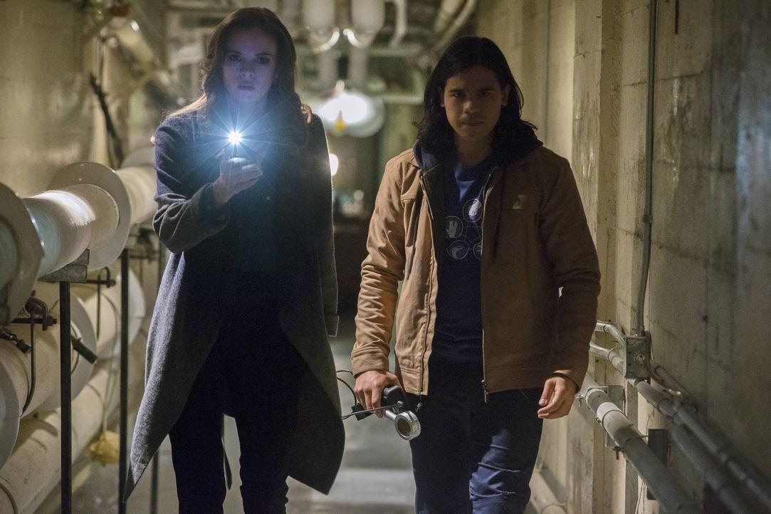 Während Dr. Wells und Cisco (Carlos Valdes, r.) einen Plan entwickeln, wie sie Reverse Flash fassen können, trifft Caitlin (Danielle Panabaker, l.)... - Bildquelle: Warner Brothers.