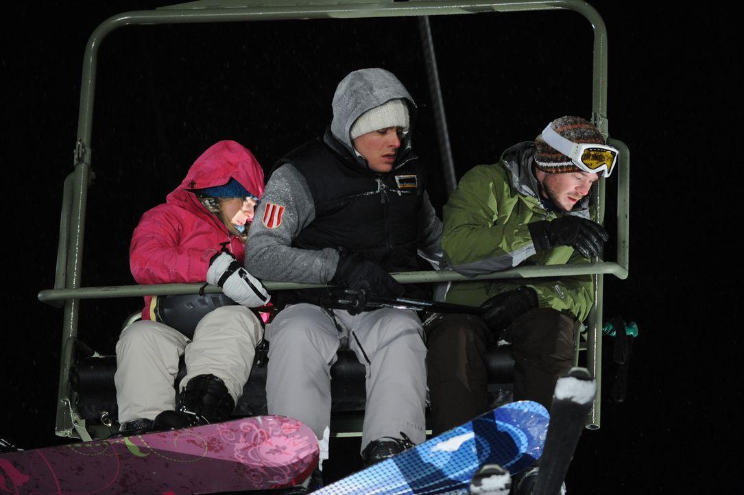 Als sie auf der letzten Fahrt im Skilift vergessen werden, beginnt für die Studenten Joe (Shawn Ashmore, r.), Dan (Kevin Zegers, M.) und Parker (Em... - Bildquelle: Fred Hayes Frostbite Features, Inc.