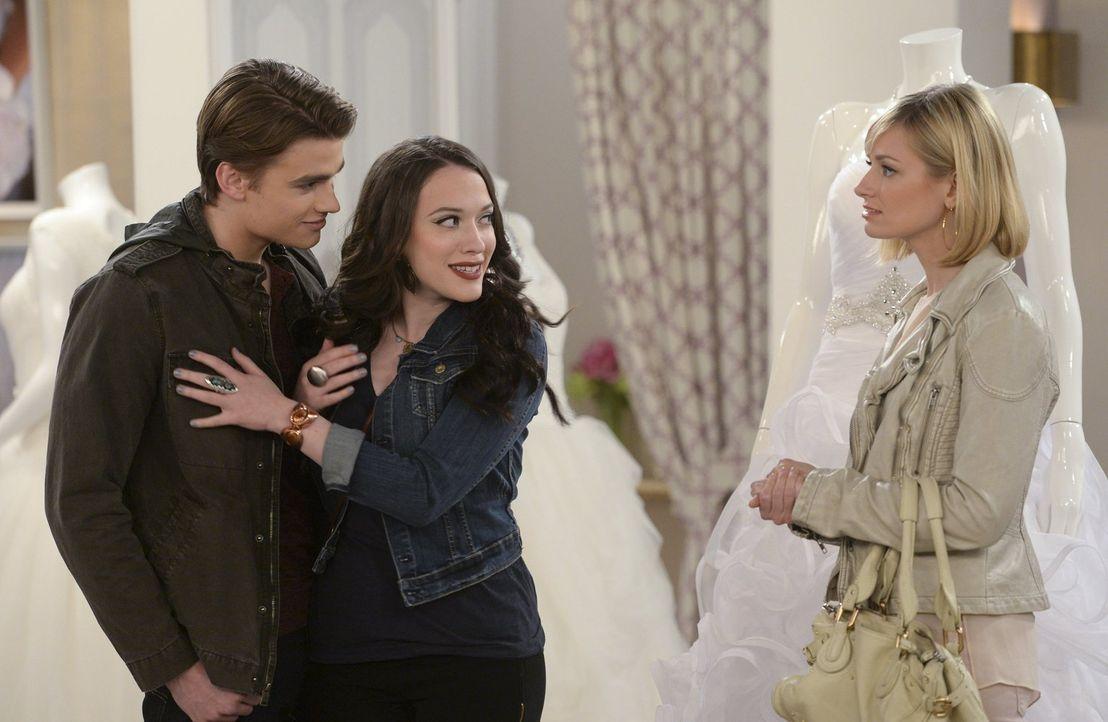 """Während Nash (Austin Falk, l.) und Max (Kat Dennings, M.) ihre gemeinsame Zeit genießen, muss Caroline (Beth Behrs, r.) ihrer Chefin in """"The High"""" i... - Bildquelle: Warner Bros. Television"""