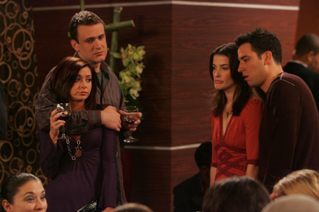 Es ist Winter in New York: Ted (Josh Radnor, r.) und Robin (Cobie Smulders, 2.v.r.) fallen genauso wie Marshall (Jason Segel, 2.v.l.) und Lily (Alys... - Bildquelle: 20th Century Fox International Television