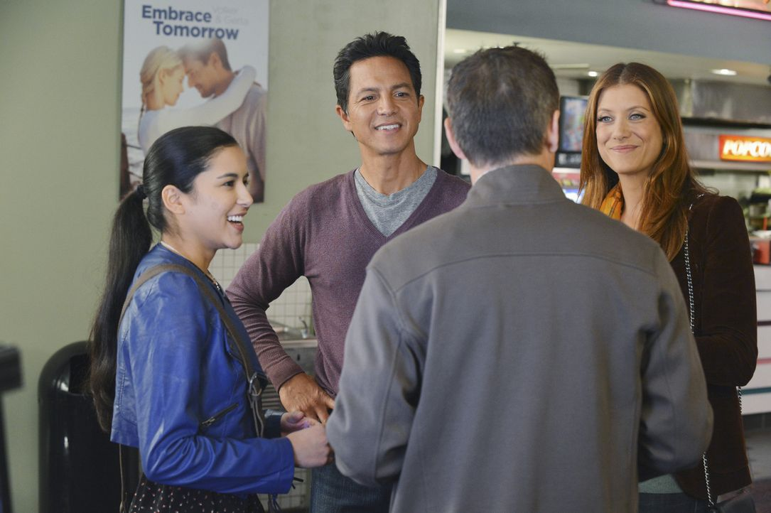 Ein etwas unterkühltes Zusammentreffen: Addison (Kate Walsh, r.), Jake (Benjamin Bratt, 2.v.l.), Angela (Emily Rios, l.) und Eli Wilson (Christophe... - Bildquelle: ABC Studios