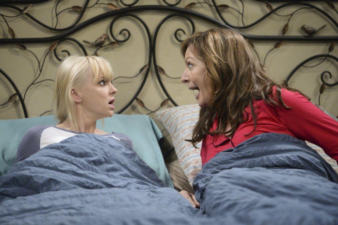 Werden sich Christy (Anna Faris, l.) und Bonnie (Allison Janney, r.) zusammenraufen können, um Roscoe zu überzeugen, bei ihnen zu bleiben? - Bildquelle: Warner Bros. Television