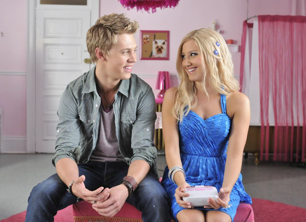 Allein in New York stößt Sharpay (Ashley Tisdale, r.) schon bald auf Peyton (Austin Butler, l.), einen angehenden Kameramann, der die Blondine fas... - Bildquelle: 2010 Disney Enterprises, Inc. All rights reserved.