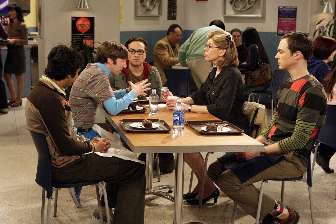 Im Gegensatz zu seinen Freunden Sheldon (Jim Parsons, r.), Rajesh (Kunal Nayyar, l.) und Howard (Simon Helberg, 2.v.l.) ist Leonard (Johnny Galecki,... - Bildquelle: Warner Bros. Television
