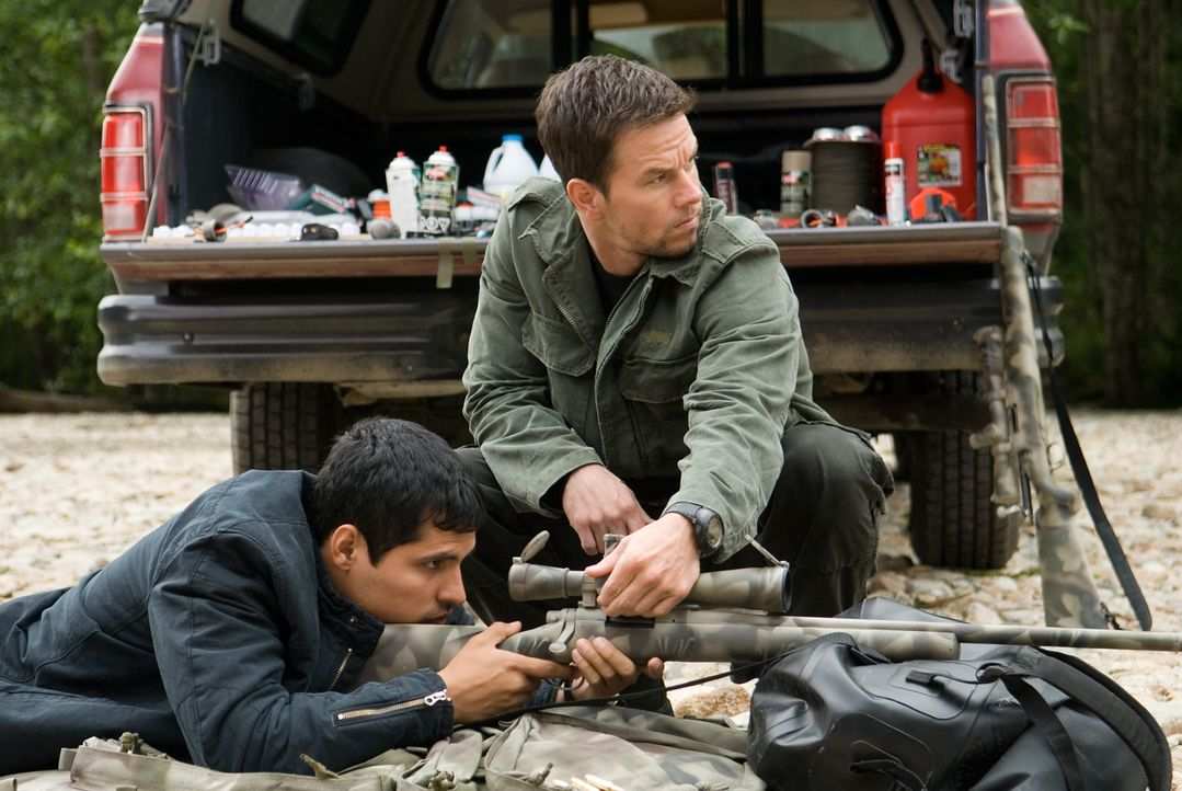 Vom Jäger zum Gejagten: Swagger (Mark Wahlberg, r.) wird wegen eines Attentates auf den Präsidenten gejagt. Nur FBI Agent Nick Memphis (Michael Pe... - Bildquelle: Copyright   2007 by PARAMOUNT PICTURES. All Rights Reserved.