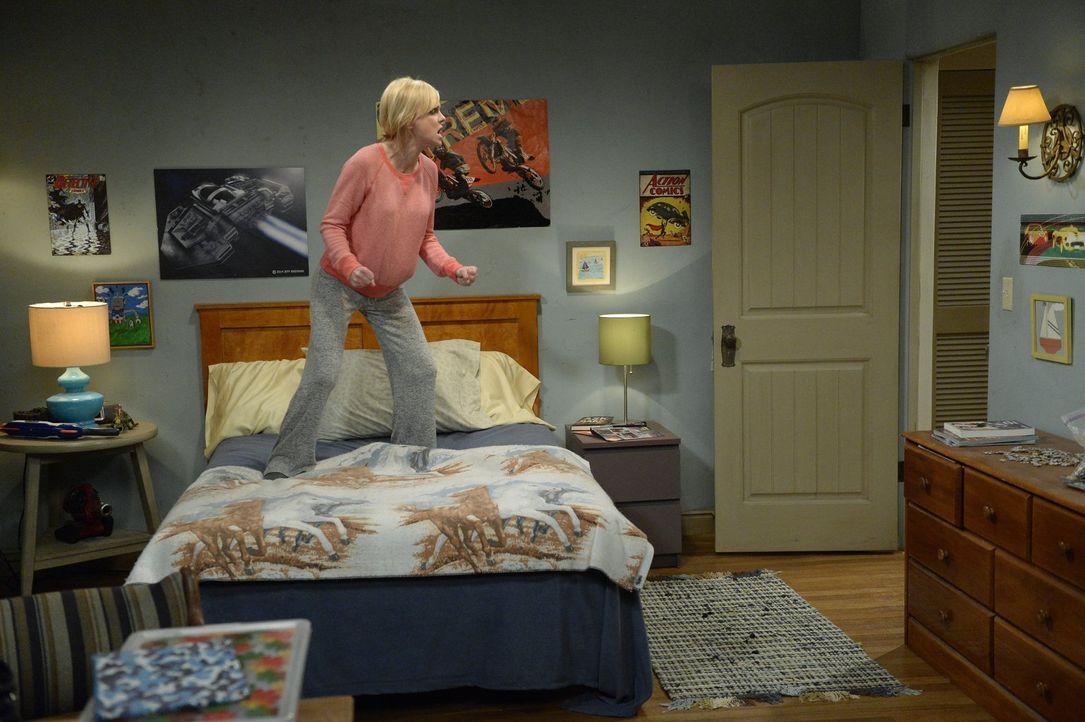 Während Christy (Anna Faris) mit Bonnie in Streit gerät, nachdem diese sich abfällig über ihre Studienleistungen geäußert hat, erhält sie plötzlich... - Bildquelle: 2015 Warner Bros. Entertainment, Inc.