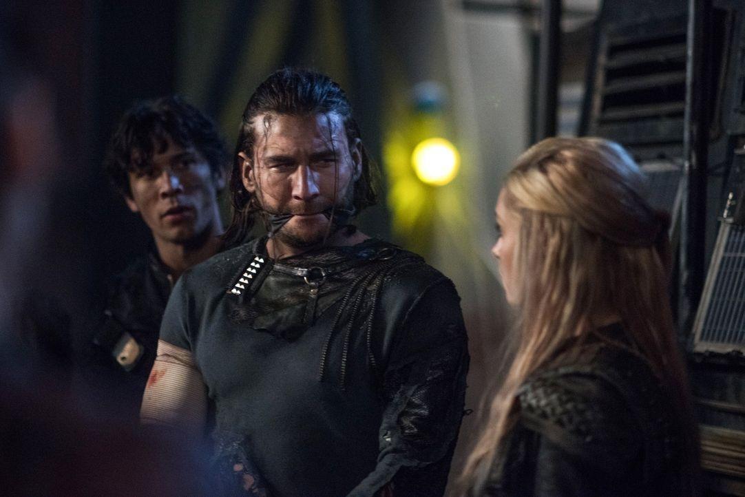 Freund oder Feind: Als sich Roan (Zach McGowan, l.) und Clarke (Eliza Taylor, r.) erneut begegnen, müssen die Fronten wieder geklärt werden ... - Bildquelle: 2014 Warner Brothers