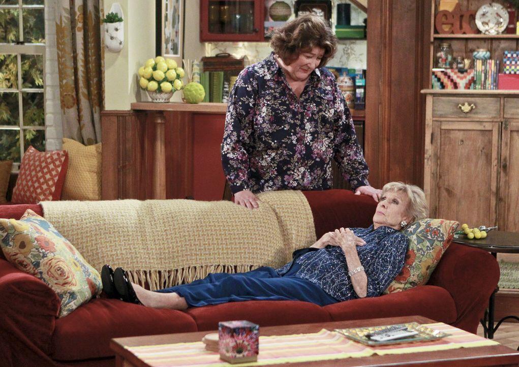 Carols Tante Louise (Cloris Leachman, liegend) ist wegen einer Beerdigung zu Besuch. Sie stellt fest, dass sie bisher nichts erlebt hat, an das sich... - Bildquelle: 2014 CBS Broadcasting, Inc. All Rights Reserved.