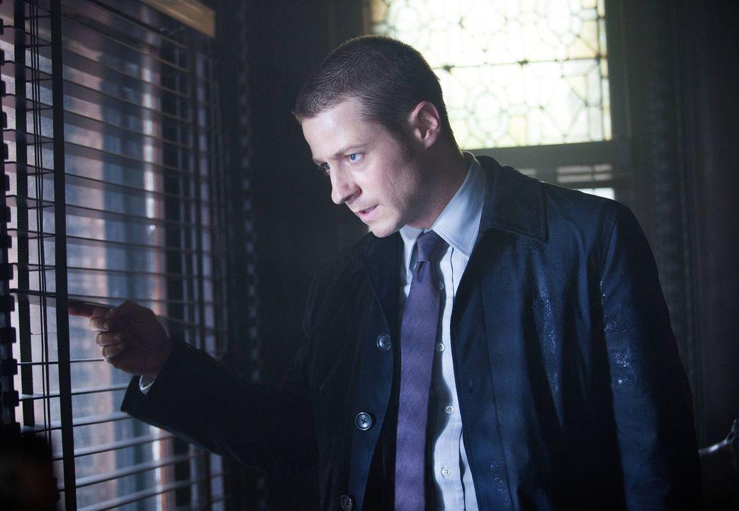 Weiß, dass sein Leben auf dem Spiel steht, wenn Falcone erfährt, dass Cobblepot wieder in Gotham ist: Gordon (Ben McKenzie) ... - Bildquelle: Warner Bros. Entertainment, Inc.