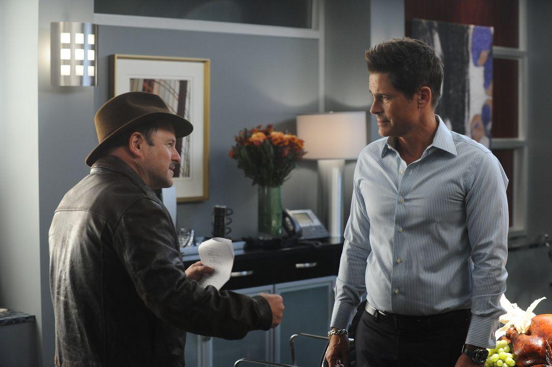 """Dem Direktor von """"The Grinder"""", Cliff Bemis (Jason Alexander, l.), gefiel es überhaupt nicht, dass Dean (Rob Lowe, r.) immer wieder seinen eigenen K... - Bildquelle: 2015-2016 Fox and its related entities.  All rights reserved."""