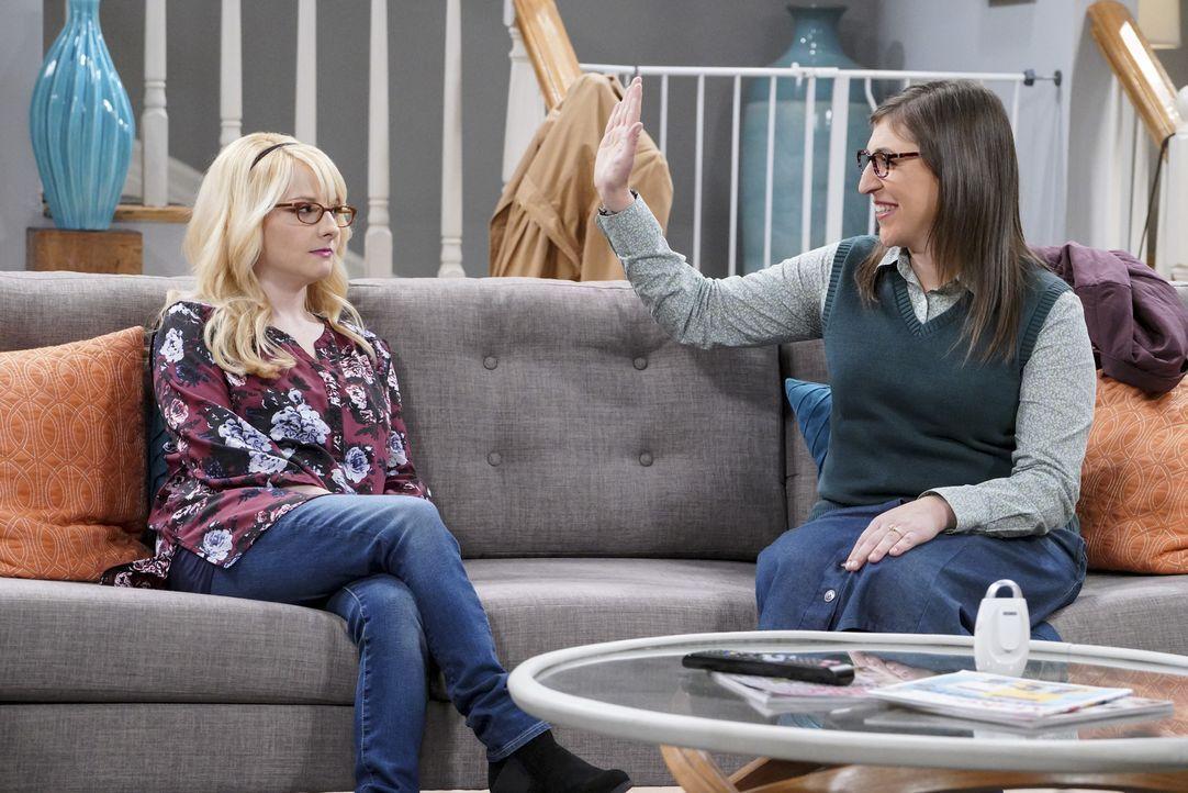 Als Bernadette (Melissa Rauch, l.) endlich mal einen kinderfreien Tag mit Amy (Mayim Bialik, r.) verbringen kann, wird ihr bewusst, dass sie das Mut... - Bildquelle: Warner Bros. Television