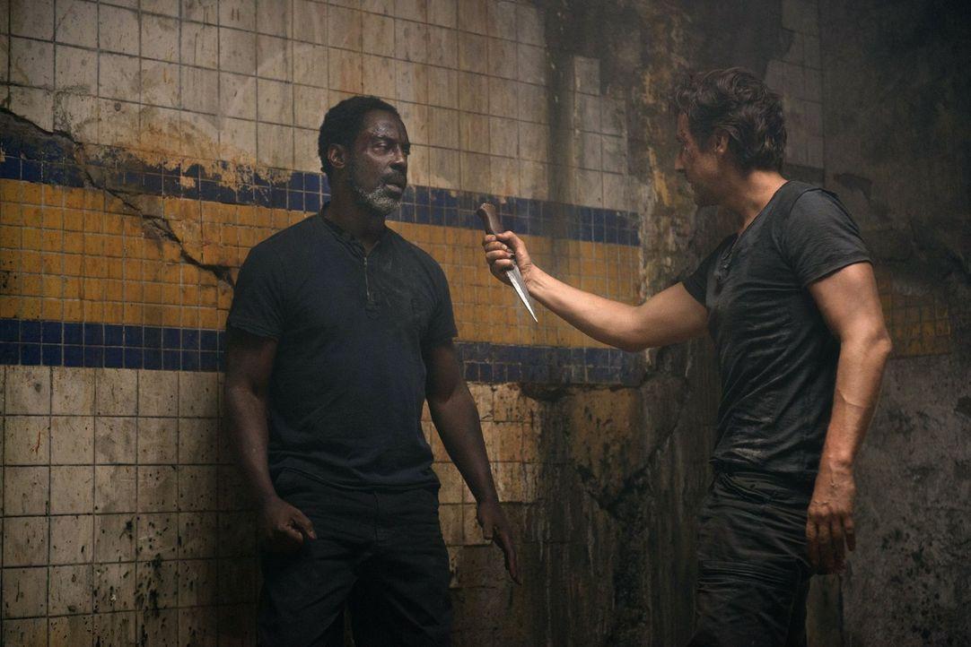 Die Grounder setzten Kane (Henry Ian Cusick, l.) und Jaha (Isaiah Washington, r.) aufeinander an. Wird wirklich nur einer der Männer das Gefängnis l... - Bildquelle: 2014 Warner Brothers