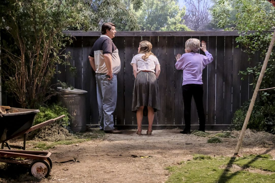Sind sich nicht einig, wie sie damit umgehen sollen, dass es ein anderes Kind auf Sheldon abgesehen hat: (v.l.n.r.) George Sr. (Lance Barber), Mary... - Bildquelle: Warner Bros. Television