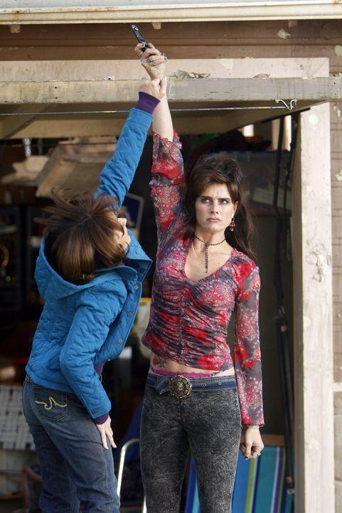 Als Frankie (Patricia Heaton, l.) ihre schreckliche Nachbarin Rita (Brooke Shields, r.) zur Rede stellt, endet das in einem ungemütlichen Streit zwi... - Bildquelle: Warner Brothers