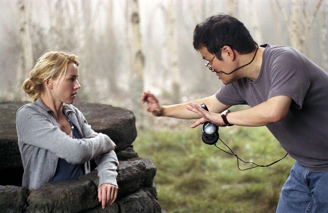 Am Set: Naomi Watts (l.) und Regisseur Hideo Nakata (r.) ... - Bildquelle: DreamWorks SKG