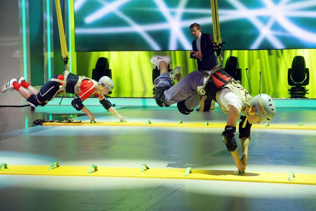 """Joko Winterscheidt und Klaas Heufer-Umlauf (hinten) präsentieren """"17 Meter"""" - eine Show in der neben Ratespaß vor allem Sportlichkeit, Geschicklic... - Bildquelle: ProSieben"""
