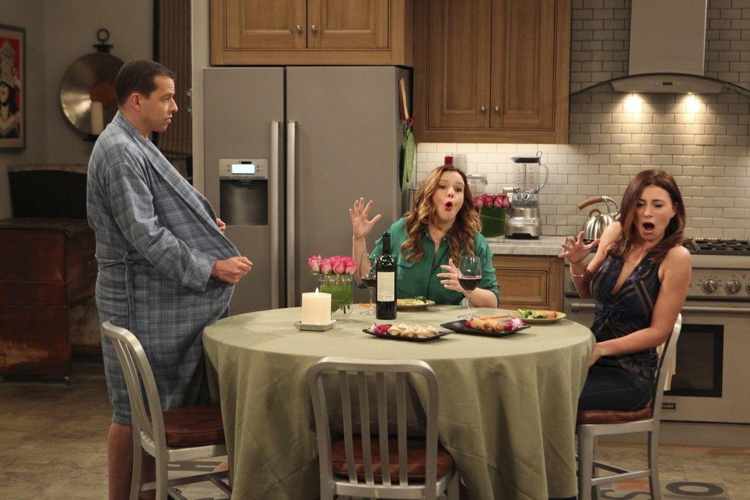 Eine etwas unschöne Situation: Brooke (Aly Michalka, r.), Jenny (Amber Tamblyn, M.) und Alan (Jon Cryer, l.) ... - Bildquelle: Warner Brothers Entertainment Inc.