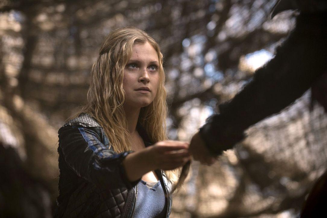 Clarke (Eliza Taylor) macht eine Entdeckung, die ihr Verhältnis zu den Groundern grundlegend ändern könnte ... - Bildquelle: 2014 Warner Brothers