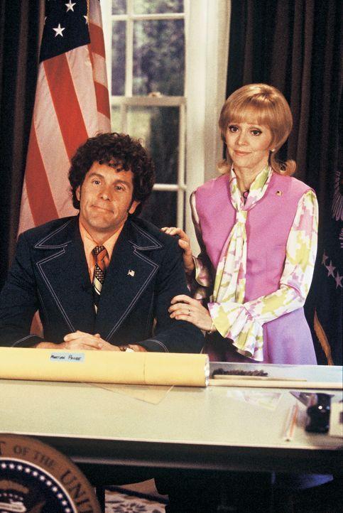 Carol (Shelley Long, r.) ist unheimlich stolz auf ihren Mann Mike (Gary Cole, l.), denn dieser wird vom amerikanischen Volk zum neuen Präsidenten ge... - Bildquelle: TM &   2002 by Paramount Pictures. All Rights Reserved.