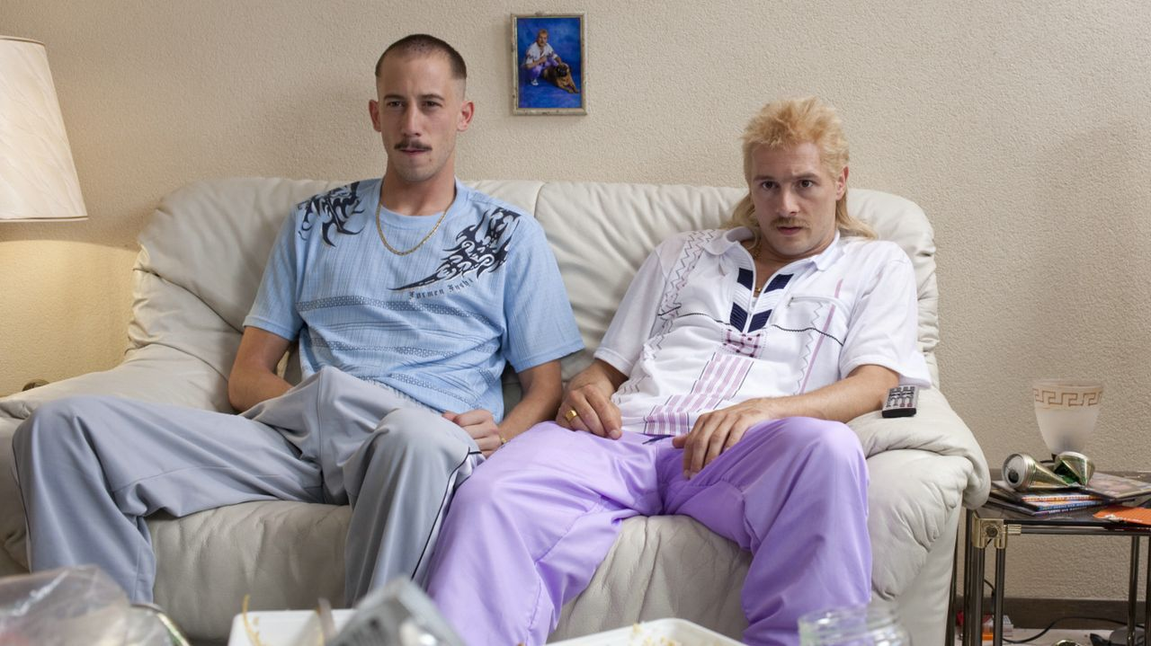 Als Richard (Huub Smit, r.) und Rikkert (Wesley van Gaalen, l.) arbeitslos werden, beschließen sie, zukünftig nichts mehr einzukaufen, sondern alles... - Bildquelle: 2011 Constantin Film Verleih GmbH