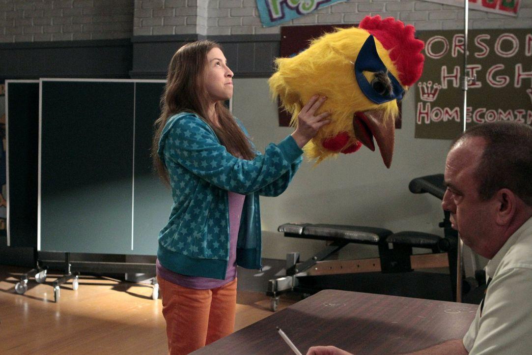 Sue (Eden Sher, l.) will Mr. Farrar (Christopher Darga, r.) davon überzeugen, dass sie die Richtige ist, um das Maskottchen des Footballteams zu rep... - Bildquelle: Warner Brothers