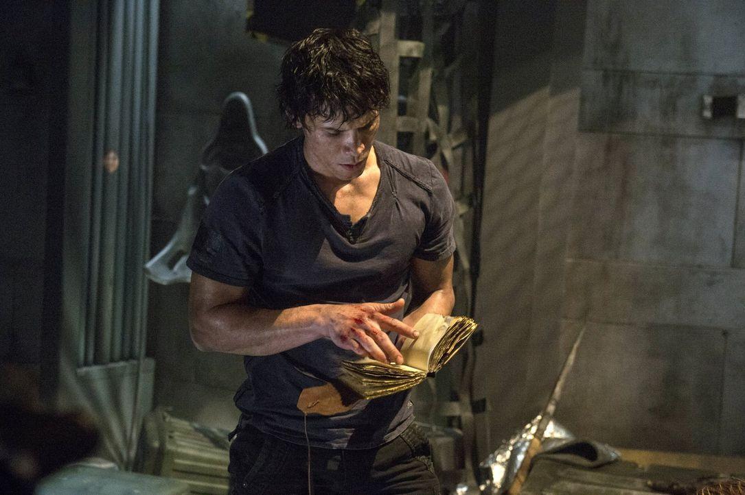 Als Bellamy (Bob Morley) bei den Sachen des Erdenbewohners ein Buch findet, wird ihm bewusst, dass sie bereits seit ihrer Ankunft beobachtet werden... - Bildquelle: Warner Brothers