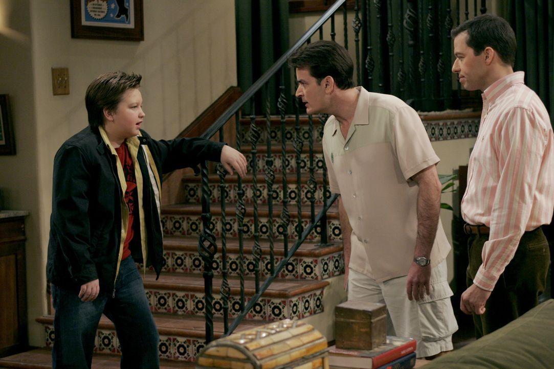 (v.l.n.r.) Jake Harper (Angus T. Jones); Charlie Harper (Charlie Sheen); Alan Harper (Jon Cryer) - Bildquelle: Warner Bros. Entertainment, Inc.