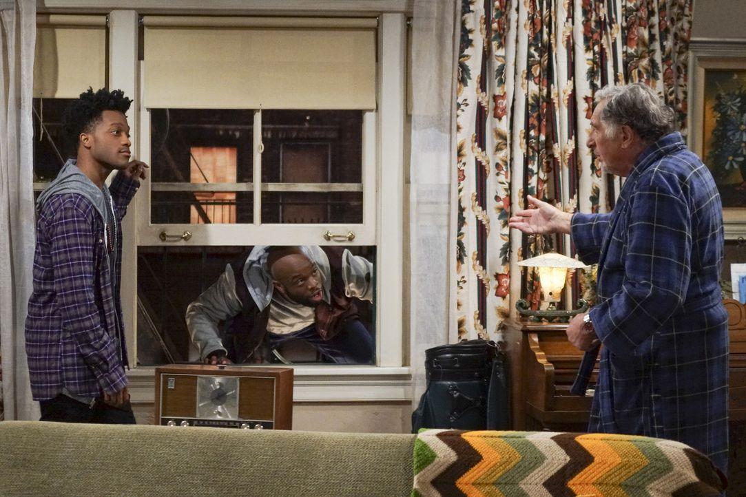 """Franco (Jermaine Fowler, l.) macht sich Sorgen um die Sicherheit seines Bosses Arthur (Judd Hirsch, r.), doch diesem gefallen die sonderbaren """"Schut... - Bildquelle: Monty Brinton 2016 CBS Broadcasting, Inc. All Rights Reserved."""