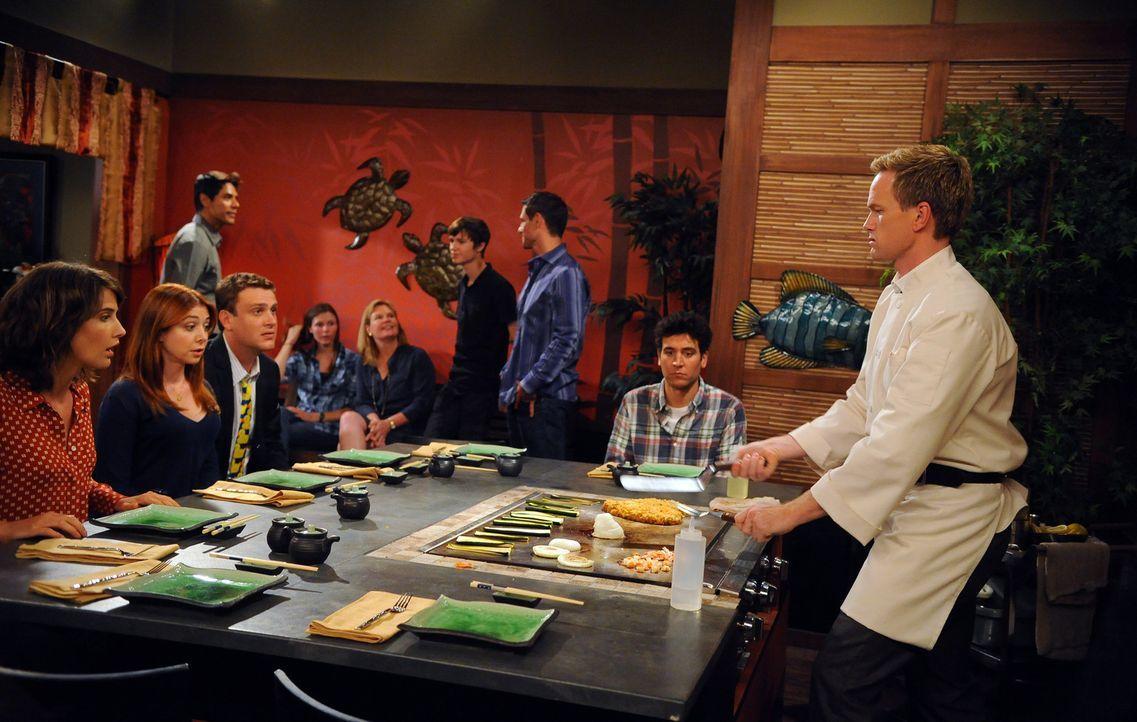 Barney (Neil Patrick Harris, r.) ist eine ganz besondere Wette eingegangen. Marshall (Jason Segel, 3.v.l.), Lily (Alyson Hannigan, 2.v.l.) Ted (Josh... - Bildquelle: 20th Century Fox International Television