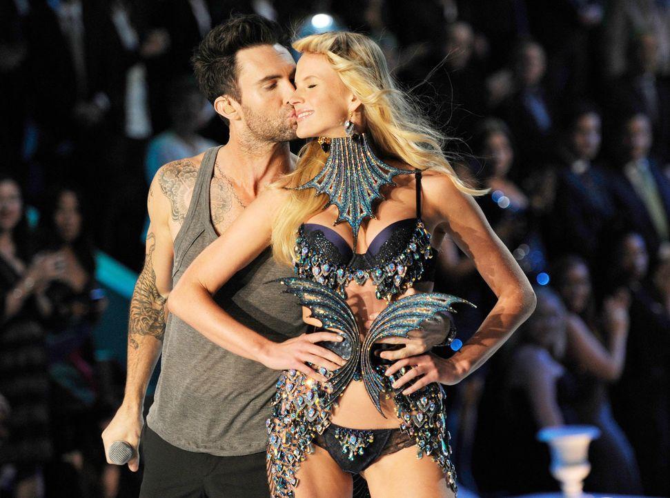 victoria-secret-fashion-show-2011-08-adam-levine-of-maroon-5-anne-vyalitsina-afpjpg 1900 x 1413 - Bildquelle: AFP