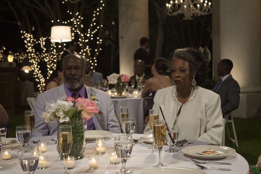 Eigentlich sollten Earl (John Amos, l.) und Lois (Carol Sutton, r.) überaus glücklich sein, denn ihre Tochter will heiraten. Doch dann wird die Brau... - Bildquelle: 2014 Lazer Nitrate, LLC.  All rights reserved.
