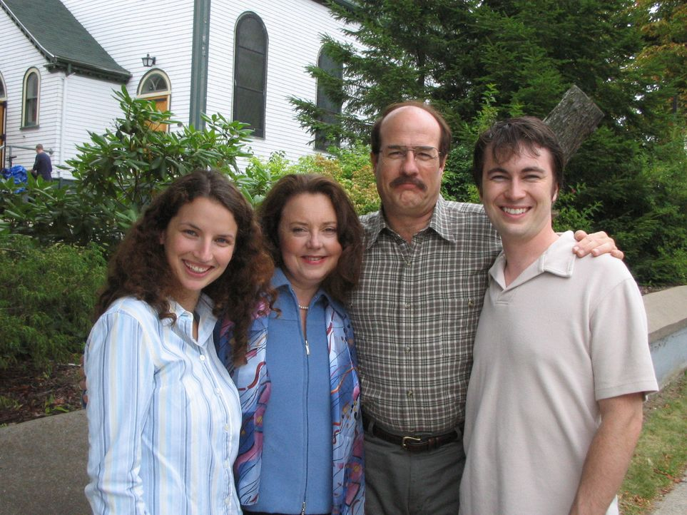 Unauffällig lebt Jason Rader (Henry Gregg, 2.v.r.) mit seiner Familie inmitten einer kleinen Kirchengemeinde im Städtchen Wichita. Niemand ahnt zu... - Bildquelle: 2005 Sony Pictures Television Inc. All Rights Reserved.