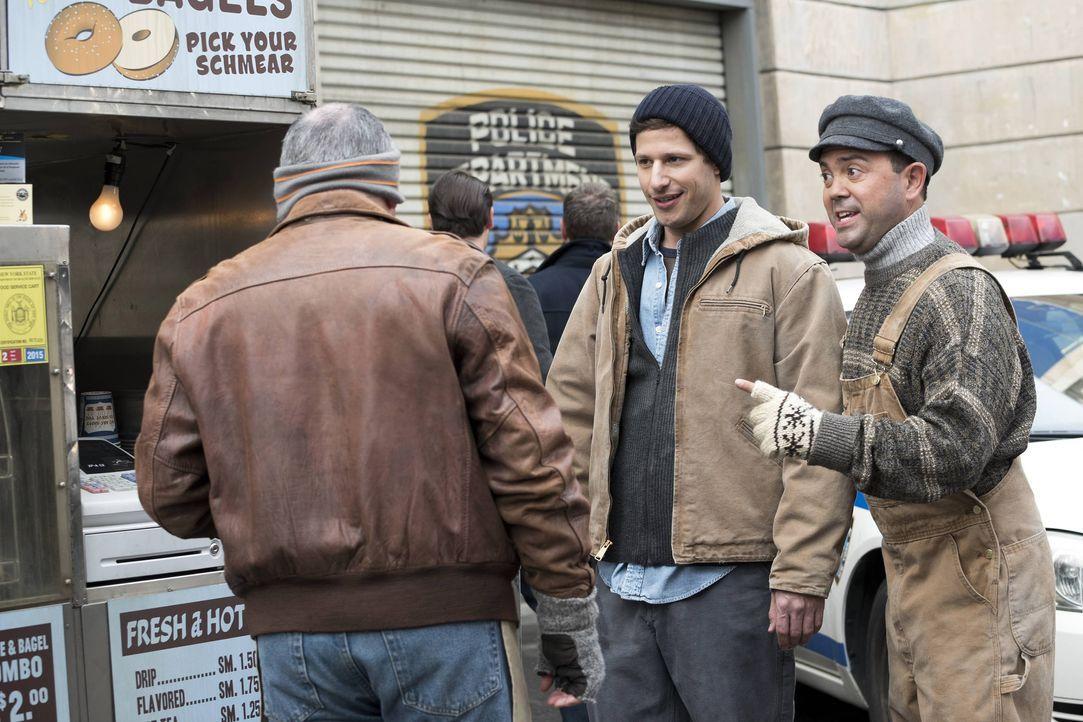 Jake Peralta (Andy Samberg, l.); Charles Boyle (Joe Lo Truglio, r.) - Bildquelle: Erica Parise 2014 UNIVERSAL TELEVISION LLC. All rights reserved / Erica Parise