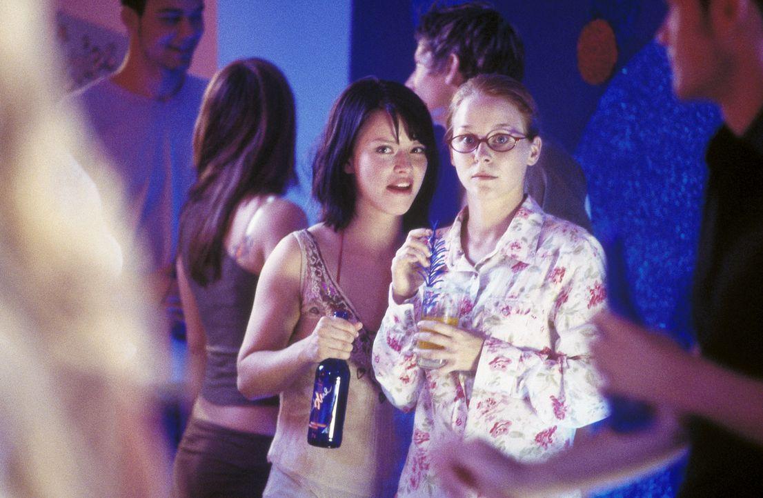 Unermüdlich versucht Caro (Karoline Schuch, l.), ihre beste Freundin Nicole (Jasmin Schwiers, r.) etwas aufzupeppen. Da lernen sie einen attraktive... - Bildquelle: ProSieben