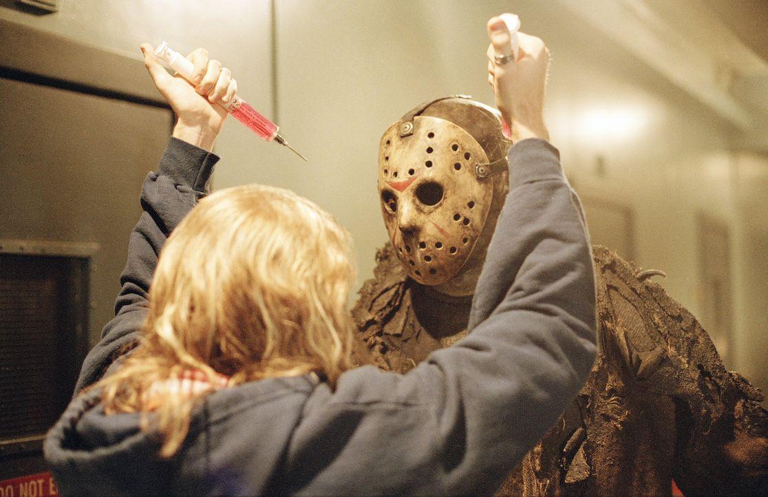 Mit dem Wiederbeleben des wahnsinnigen Jason Voorhees (Ken Kirzinger) hat Freddy endlich wieder die Möglichkeit, Angst und Schrecken in die Elm Str... - Bildquelle: Warner Bros. Pictures