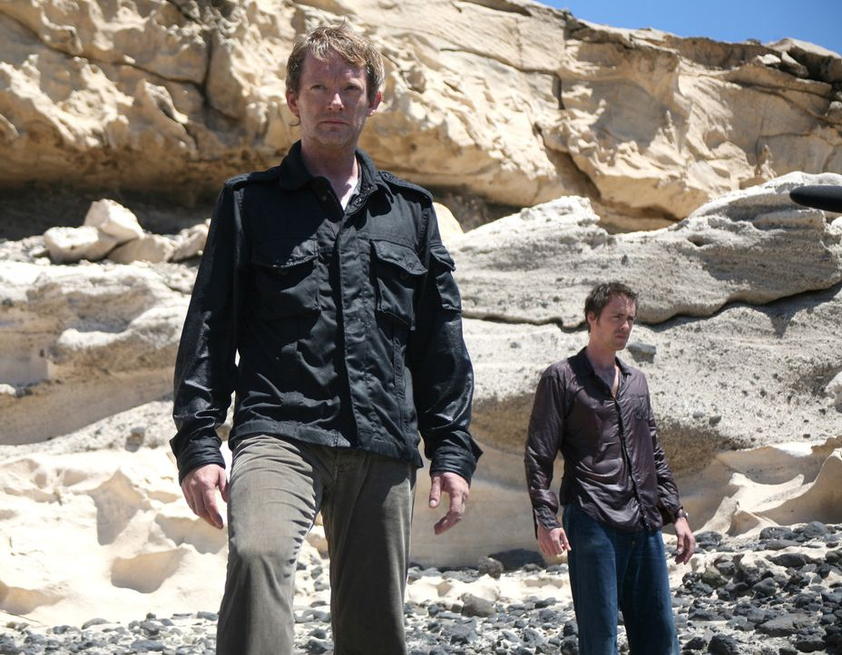 Durch ein Wurmloch gelangen Cutter (Douglas Henshall, r.) und Stephen (James Murray, r.) in die vergangene Zeit. Nur dort haben sie eine Chance, Abb... - Bildquelle: ITV Plc