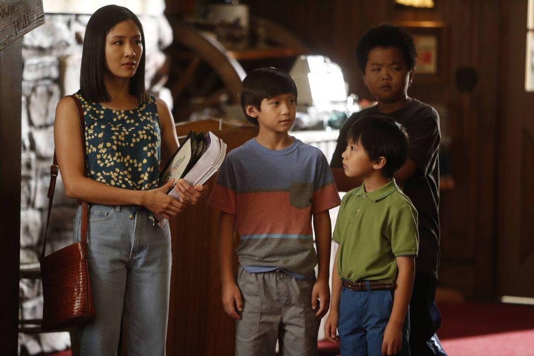 Jessica (Constance Wu, l.) beschließt Eddie (Hudson Yang, r.), Emery (Forrest Wheeler, 2.v.l.) und Evan (Ian Chen, 2.v.r.) Heimunterricht zu geben.... - Bildquelle: 2015 American Broadcasting Companies. All rights reserved.