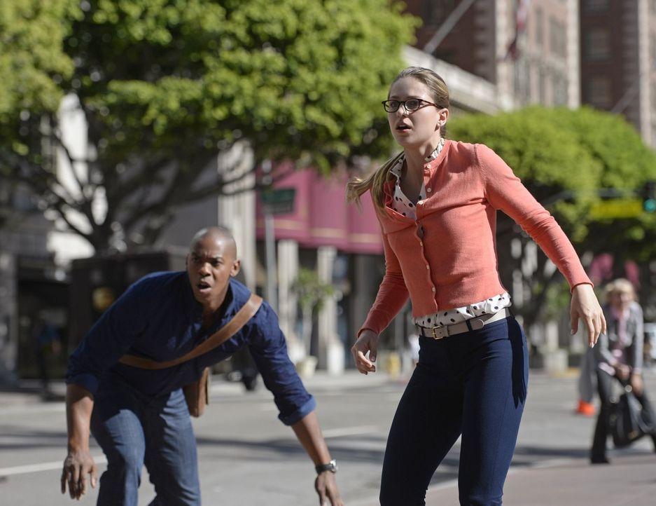 Nach dem Verlust ihrer Kräfte verzweifelt Kara (Melissa Benoist, r.) an ihrer Hilflosigkeit, doch mit der Hilfe von James (Mehcad Brooks, l.) realis... - Bildquelle: 2015 Warner Bros. Entertainment, Inc.