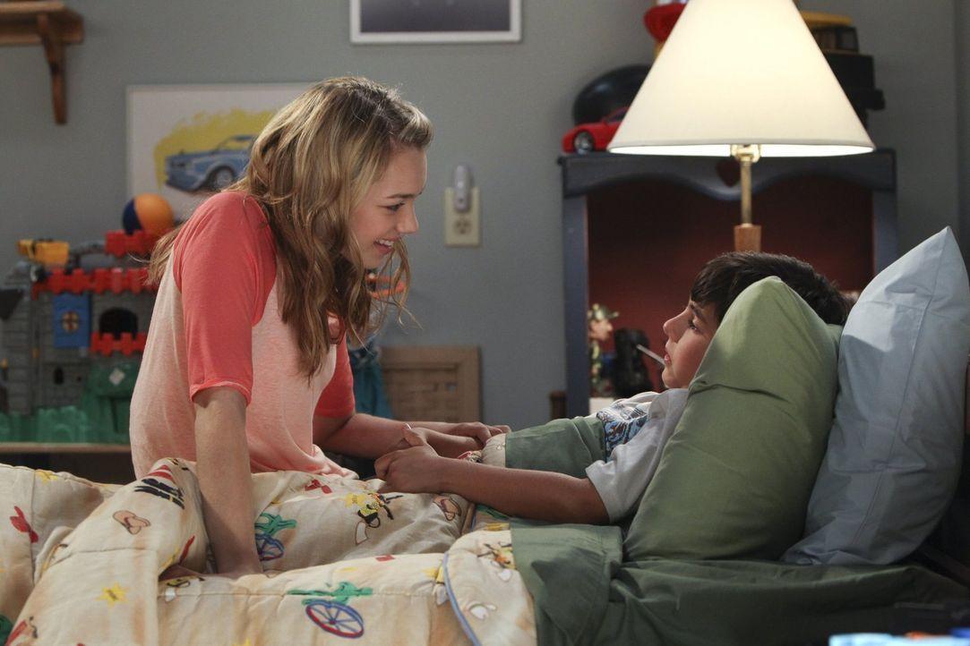 Violet (Sadie Calvano, l.) möchte Roscoe (Blake Garrett Rosenthal, r.) schonend darauf vorbereiten, dass er eventuell Onkel wird ... - Bildquelle: Warner Brothers Entertainment Inc.