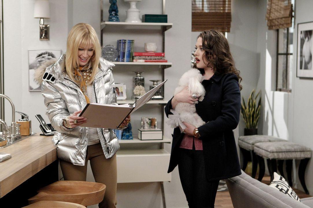 Fasziniert durchstöbern Max (Kat Dennings, r.) und Caroline (Beth Behrs, l.) die luxuriöse Wohnung eines schwulen Stammgast-Pärchens: Dafür, das... - Bildquelle: Warner Brothers