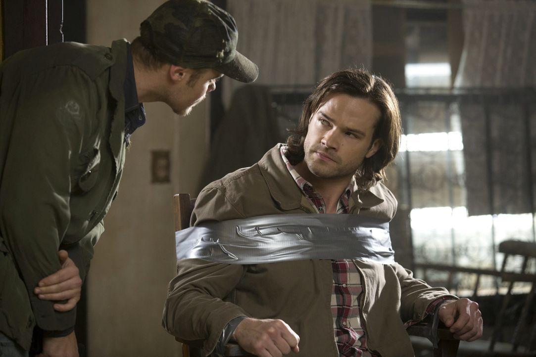 Connor (Reilly Dolman, l.) macht Sam (Jared Padalecki, r.) zu seinem lebenden Blutbeutel. Wird er damit durchkommen? - Bildquelle: 2013 Warner Brothers