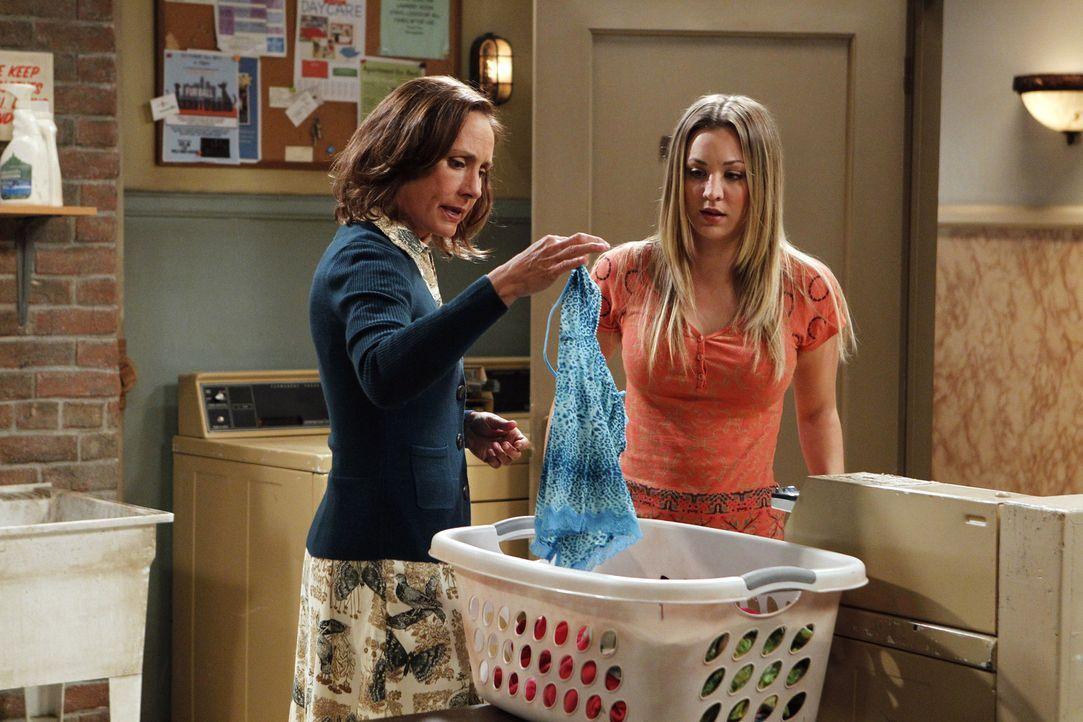 Sind sich über Haushaltsaufgaben nicht ganz einig: Mary (Laurie Metcalf, l.) und Penny (Kaley Cuoco, r.) ... - Bildquelle: Warner Bros. Television