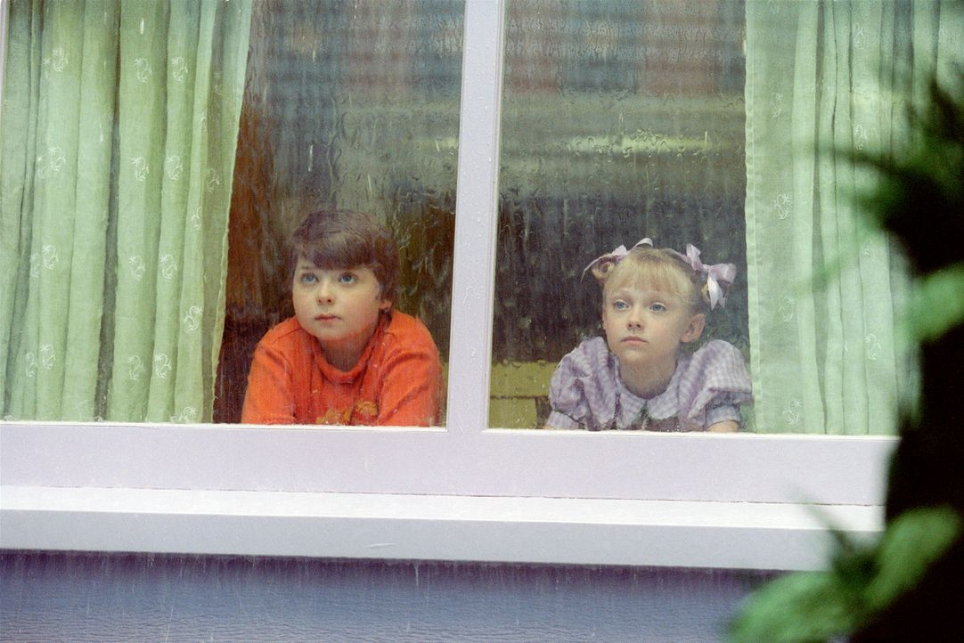 Während der Babysitter schläft und die Mama arbeitet, langweilen sich Conrad Walden (Spencer Breslin, l.) und seine Schwester Sally (Dakota Fannin... - Bildquelle: TM &   2003 DreamWorks LLC. All Rights Reserved.