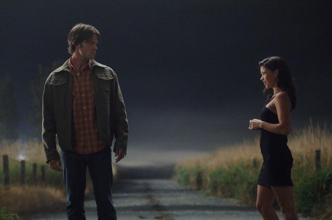 Trifft sich mit der Crossroads-Dämonin (Sandra McCoy, r.) und droht, sie mit dem neugebauten Colt umzubringen, falls sie Dean nicht von einem Deal... - Bildquelle: Warner Bros. Television